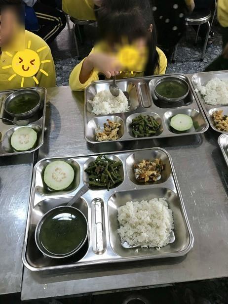 Suất cơm 23.000 đồng chỉ vài cọng rau luộc, mấy miếng thịt nhỏ của học sinh lớp 2 khiến hội cha mẹ đắng lòng - Ảnh 1