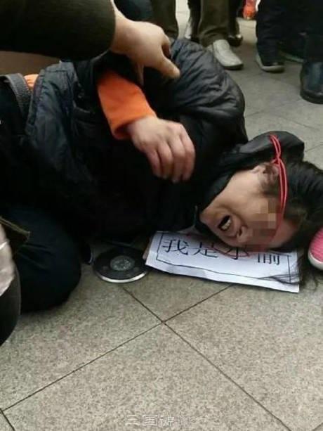 Bức ảnh người phụ nữ đeo tấm biển lạ trên cổ khiến cộng đồng mạng tranh cãi dữ dội - Ảnh 2