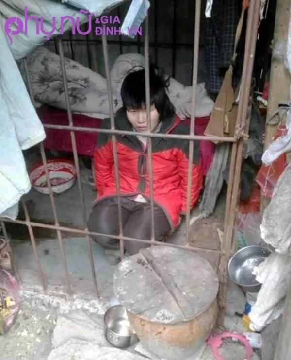 Người phụ nữ bị em trai nhốt trong chuồng phải bắt côn trùng ăn để sống qua ngày hơn 10 năm trời - Ảnh 1