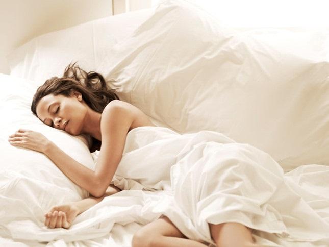 Vì sao các chuyên gia sức khỏe khuyên bạn đừng mặc đồ khi đi ngủ?  - Ảnh 1