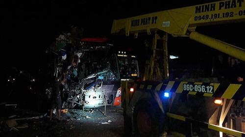 Sau vụ va chạm mạnh, phần đầu của xe khách mang biển kiểm soát 78B - 02289 bị biến dạng nghiêm trọng - Ảnh: Internet