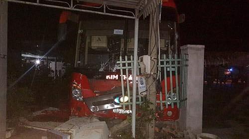 Sau khi bị tông mạnh từ phía sau, xe giường nằm mang BKS 76B - 00451 lao xuống lề đường, đâm vào bờ tường nhà dân - Ảnh: Internet