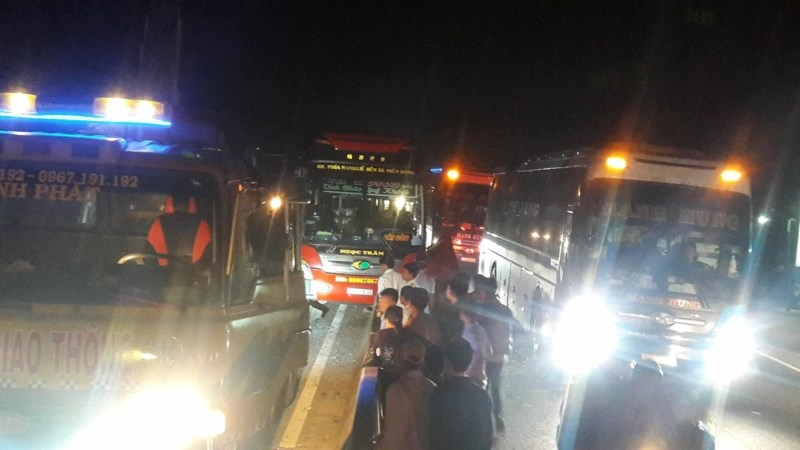 Vụ va chạm khiến giao thông trên quốc lộ 1A, đoạn qua xã Hàm Đức, huyện Hàm Thuận Bắc (Bình Thuận) bị tắc nghẽn nghiêm trọng - Ảnh: Internet