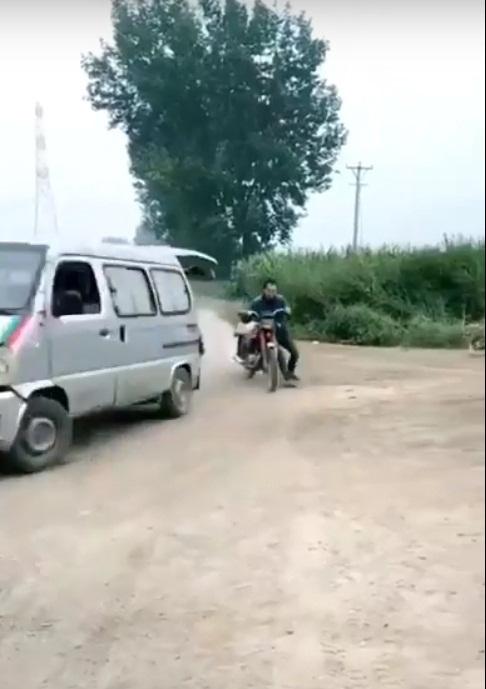Hài hước hy hữu: Đang mây mưa trong ruộng ngô, cặp đôi bị xe máy va chạm giao thông tông vào phá đám - Ảnh 1