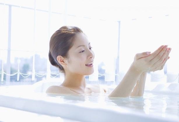 Thói quen tắm gội tai hại 90% người Việt mắc phải: Bỏ ngay nếu không muốn rước họa vào thân - Ảnh 1