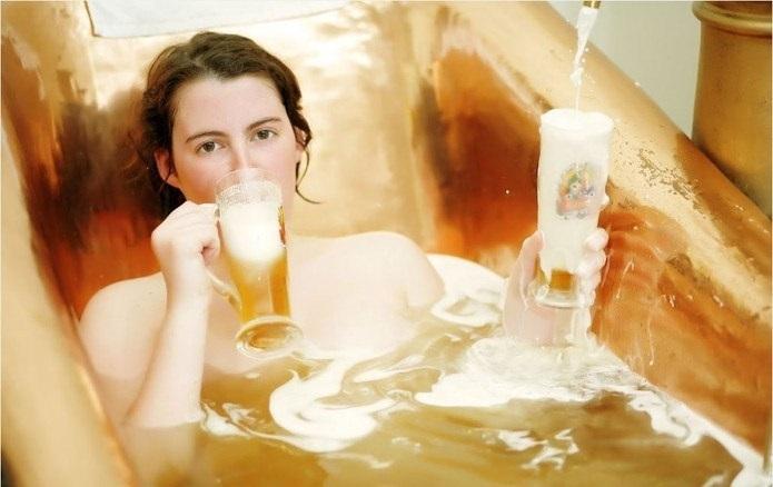 Tắm trắng toàn thân bằng bia nguyên chất.