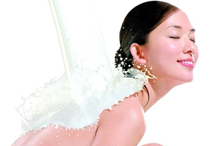 Tắm trắng tại nhà bằng sữa tươi có hiệu quả miễn chê