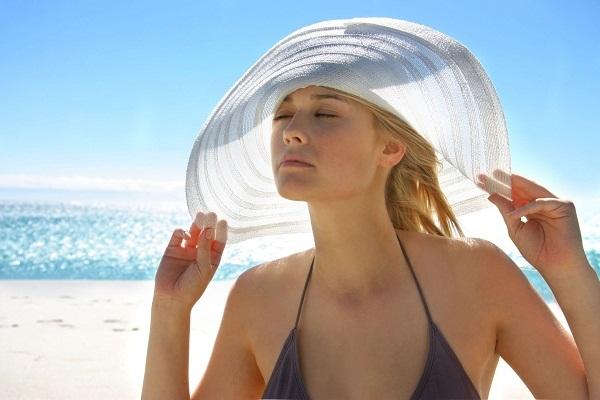 Tắm trắng da mặt cần hạn chế tiếp xúc nắng mặt trời