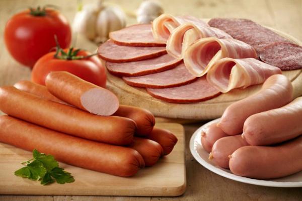 Mẹ bầu không nên ăn các đồ để lâu trong tủ lạnh như thịt nguội, xúc xích