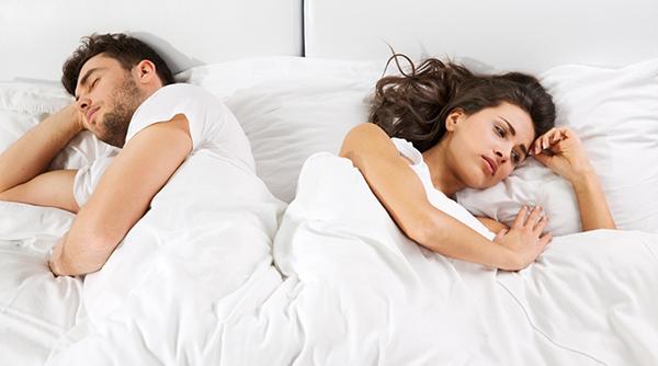 Quan hệ vợ chồng đau rát do nhiều nguyên nhân gây ra