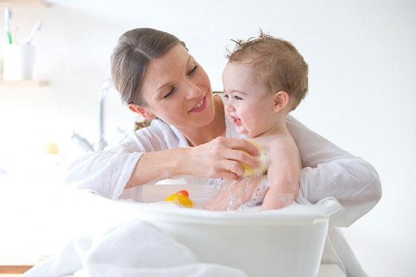 Nếu trẻ không bị rôm sảy, phát ban, mụn nhọn... thì tắm nước đun sôi pha nguội cho trẻ là được rồi