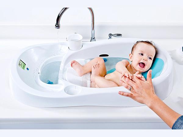 Nên tắm cho trẻ sơ sinh bằng nước đun sôi pha nguội với nhiệt độ 38 độ C