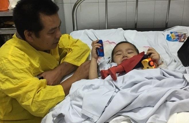 Tay chân dập nát, người mẹ vẫn cố bới đất đá cứu con trai 4 tuổi bị chôn vùi - Ảnh 3