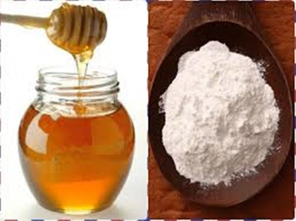Hỗn hợp từ mật ong và baking soda có tác dụng tẩy lớp tế bào chết trên da, giúp lấy lại độ mềm mịn cho môi - Ảnh: Internet