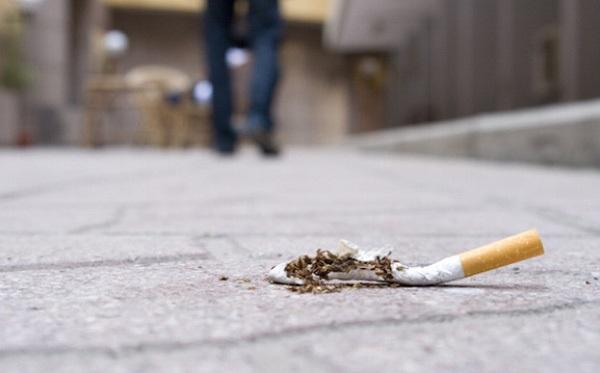 Vứt mẩu thuốc lá ra đường, 5 người dân ở quận Hoàn Kiếm bị phạt hơn 3,7 triệu đồng - Ảnh 1