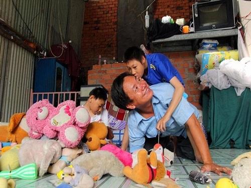 Về nghi án cha hát bolero nuôi con bại não có 'diễn trò' với truyền thông hay không: Đây mới thực sự là những nạn nhân đáng thương nhất! - Ảnh 1