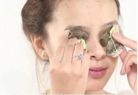 GIảm thâm quầng mắt bằng túi trà xanh