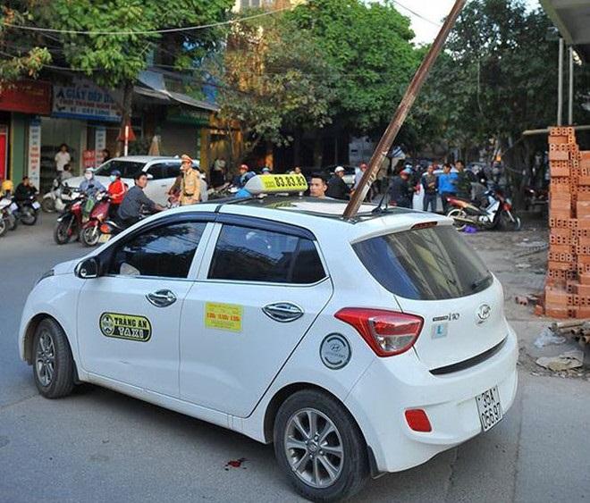 Thanh sắt rơi từ tầng cao xuyên thủng taxi, một người chết - Ảnh 1