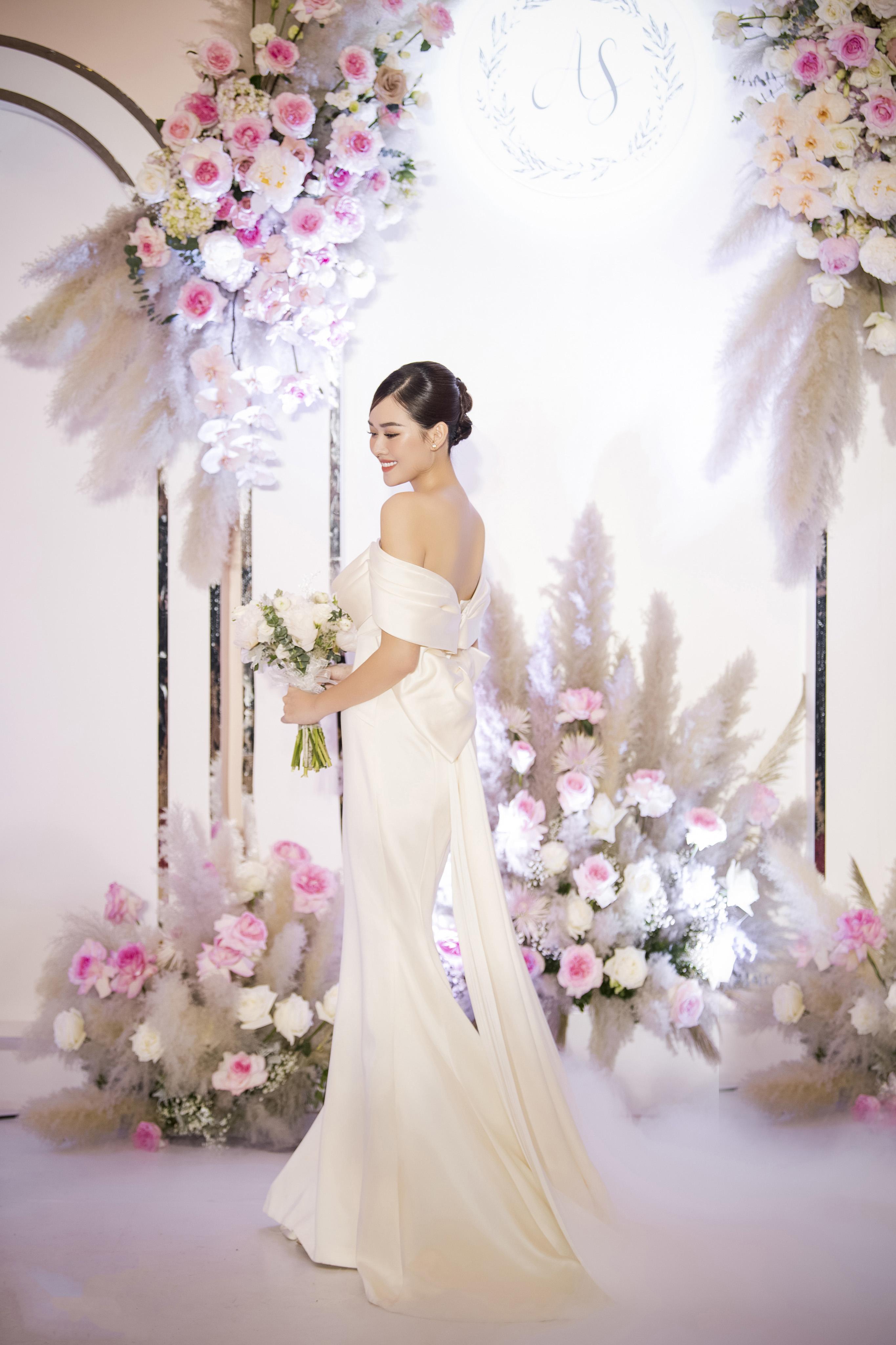 Đám cưới 'cổ tích' của Á hậu Tường San, dung mạo chú rể làm công chúng tò mò - Ảnh 2