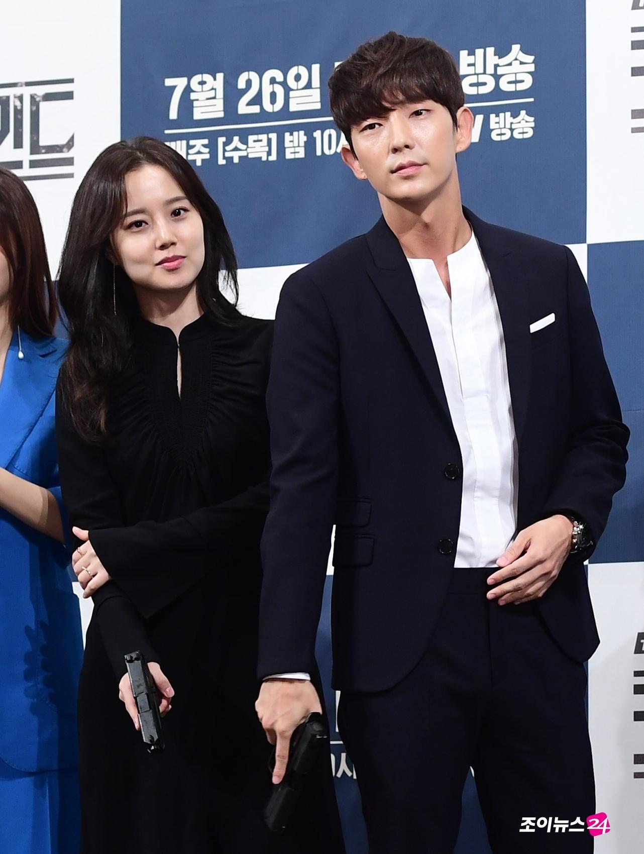 Lee Jun Ki và Moon Chae Won tái hợp vào vai vợ chồng trong phim hình sự mới - Ảnh 1