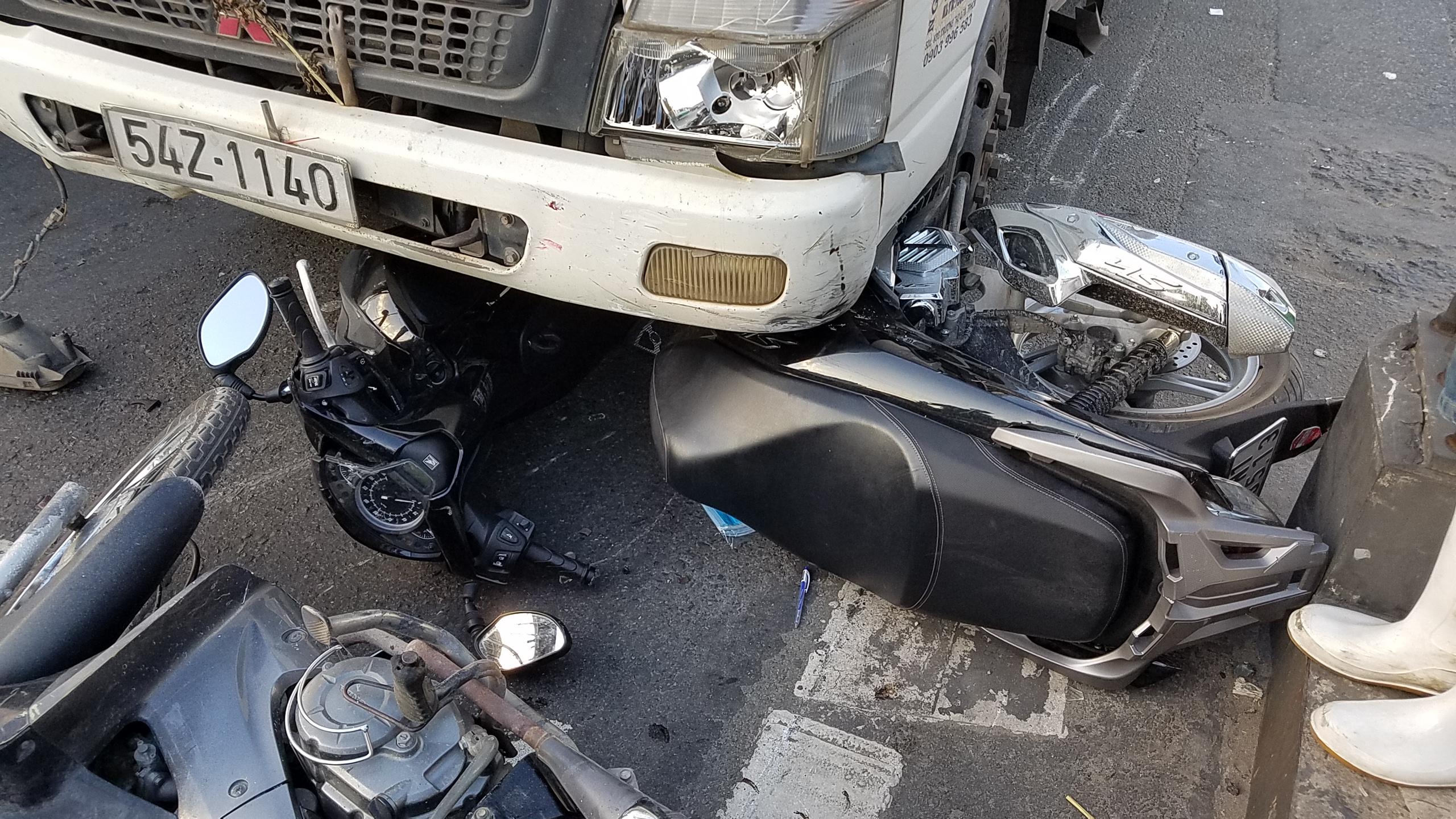 Xe ben tông hàng loạt xe máy, người văng tứ tung trên quốc lộ ở Sài Gòn - Ảnh 3