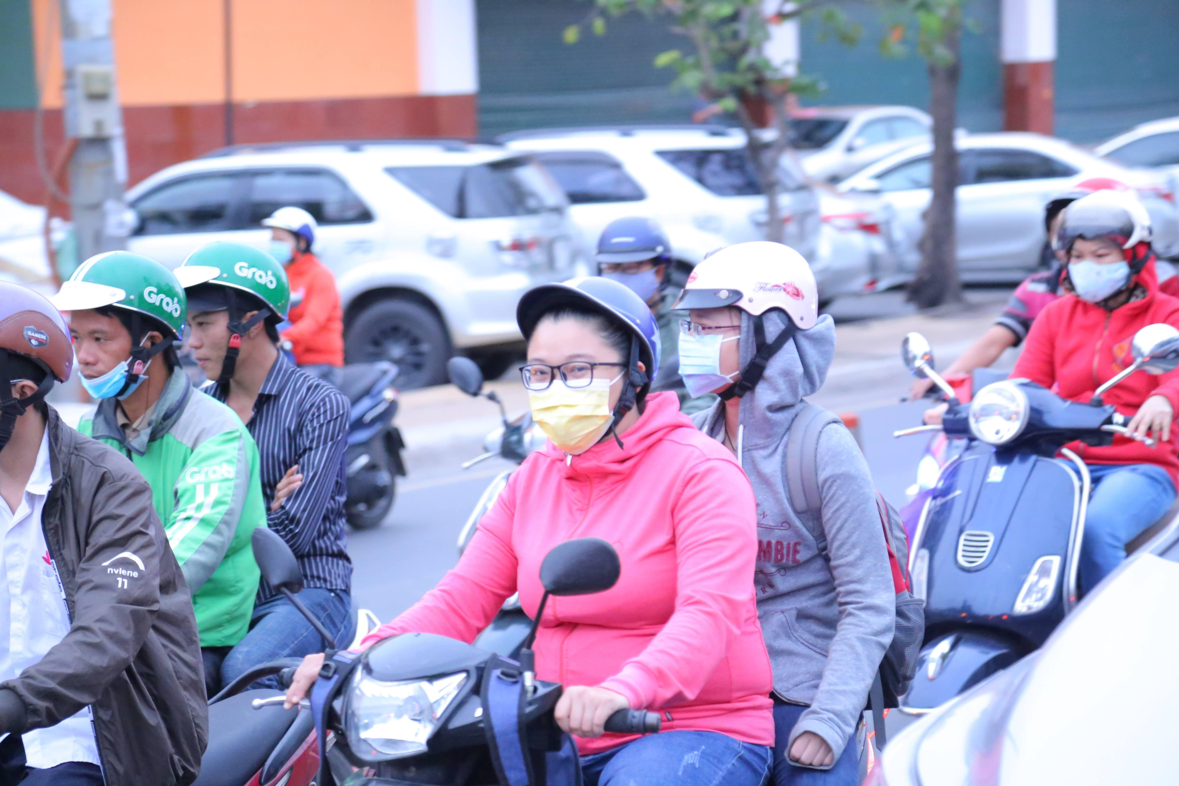 Sài Gòn bất chợt se lạnh như trời Đà Lạt, người dân co ro ra đường trong ngày đi làm đầu năm 2019 - Ảnh 6
