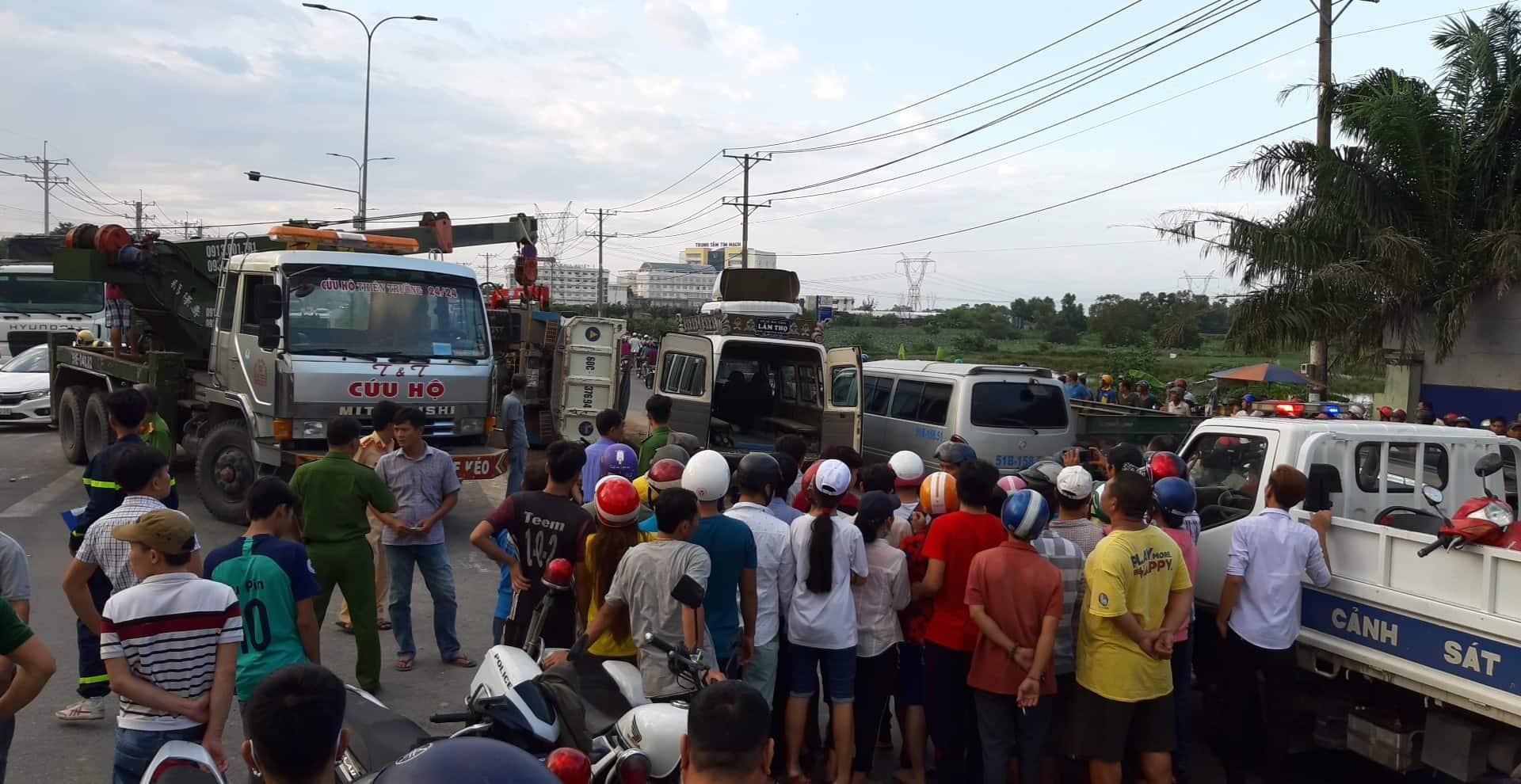 Xe ben tông xe máy rồi lật đè lên thi thể nạn nhân ở Sài Gòn - Ảnh 2