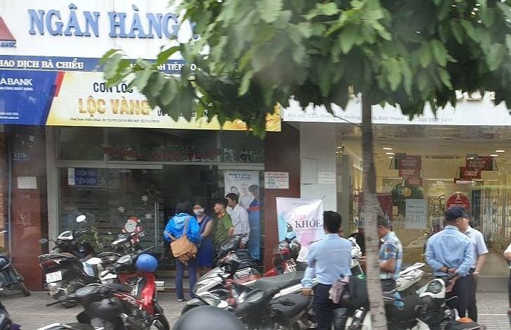 Lộ manh mối đối tượng táo tợn cướp ngân hàng giữa trưa ở Sài Gòn - Ảnh 1