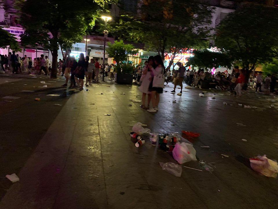 Rác ngập ngụa phố đi bộ Nguyễn Huệ sau màn bắn pháo hoa đón năm mới 2019 - Ảnh 4