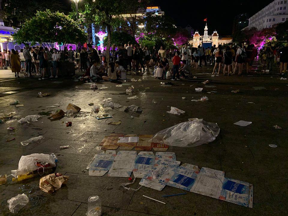 Rác ngập ngụa phố đi bộ Nguyễn Huệ sau màn bắn pháo hoa đón năm mới 2019 - Ảnh 3