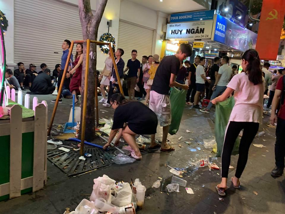 Rác ngập ngụa phố đi bộ Nguyễn Huệ sau màn bắn pháo hoa đón năm mới 2019 - Ảnh 9
