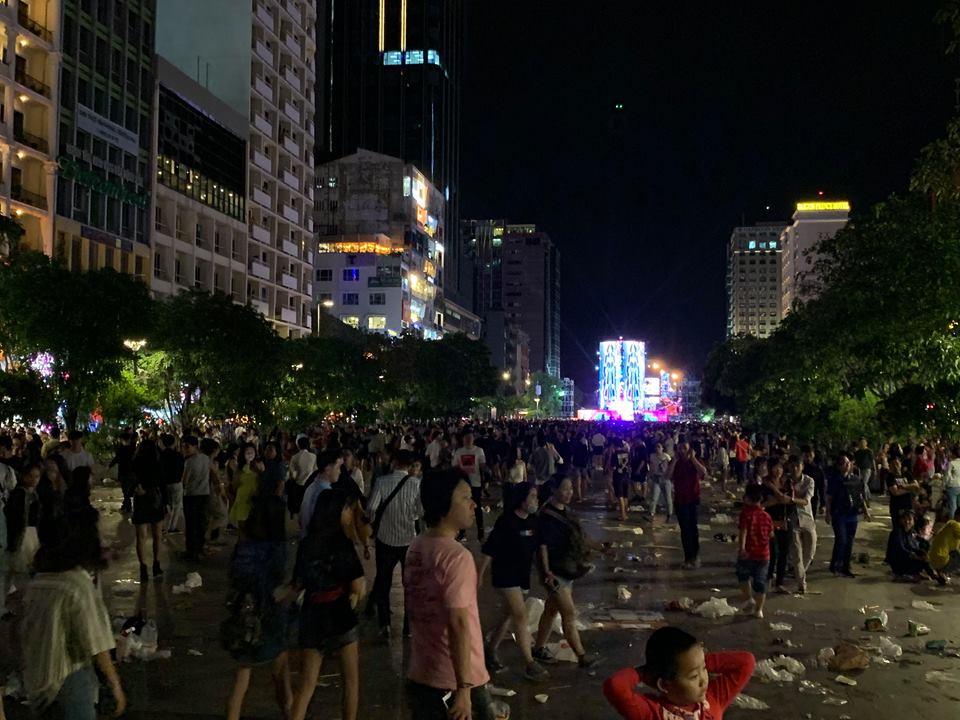 Rác ngập ngụa phố đi bộ Nguyễn Huệ sau màn bắn pháo hoa đón năm mới 2019 - Ảnh 1
