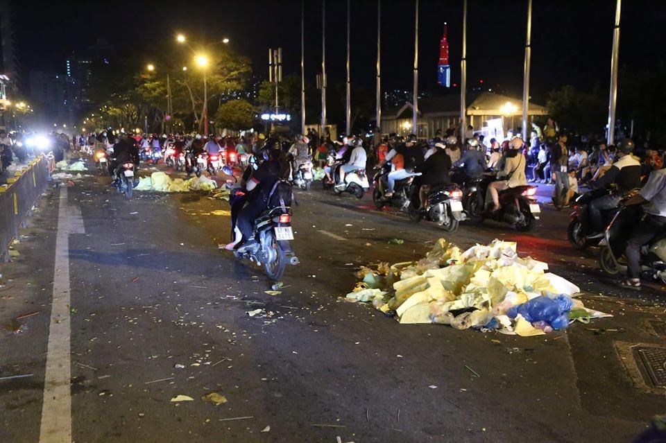 Rác ngập ngụa phố đi bộ Nguyễn Huệ sau màn bắn pháo hoa đón năm mới 2019 - Ảnh 7