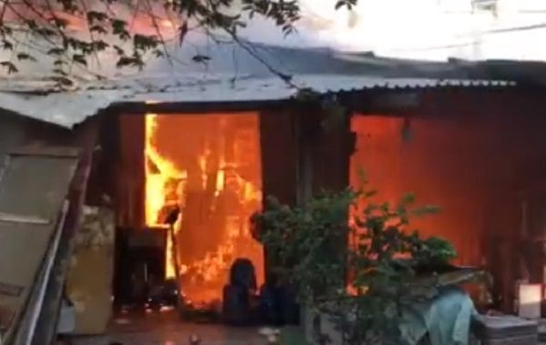 Biển lửa 'nuốt chửng' dãy nhà trọ ven Sài Gòn, nhiều người tháo chạy - Ảnh 2