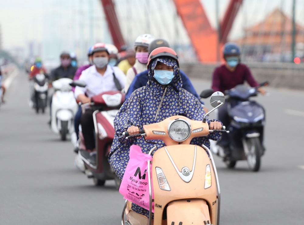 Sài Gòn bất chợt se lạnh như trời Đà Lạt, người dân co ro ra đường trong ngày đi làm đầu năm 2019 - Ảnh 2