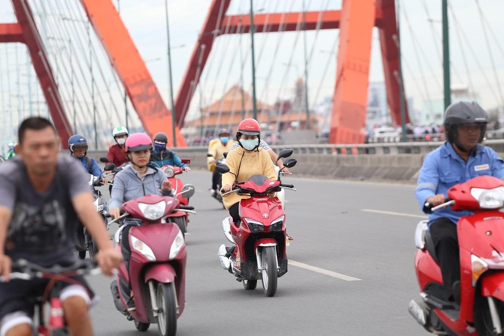 Sài Gòn bất chợt se lạnh như trời Đà Lạt, người dân co ro ra đường trong ngày đi làm đầu năm 2019 - Ảnh 3
