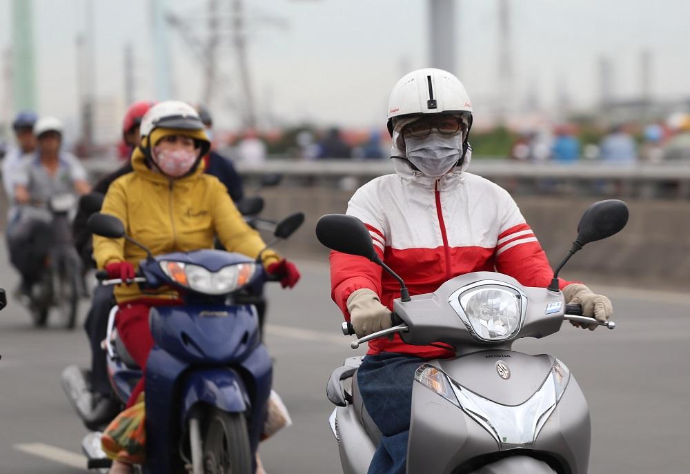 Sài Gòn bất chợt se lạnh như trời Đà Lạt, người dân co ro ra đường trong ngày đi làm đầu năm 2019 - Ảnh 5
