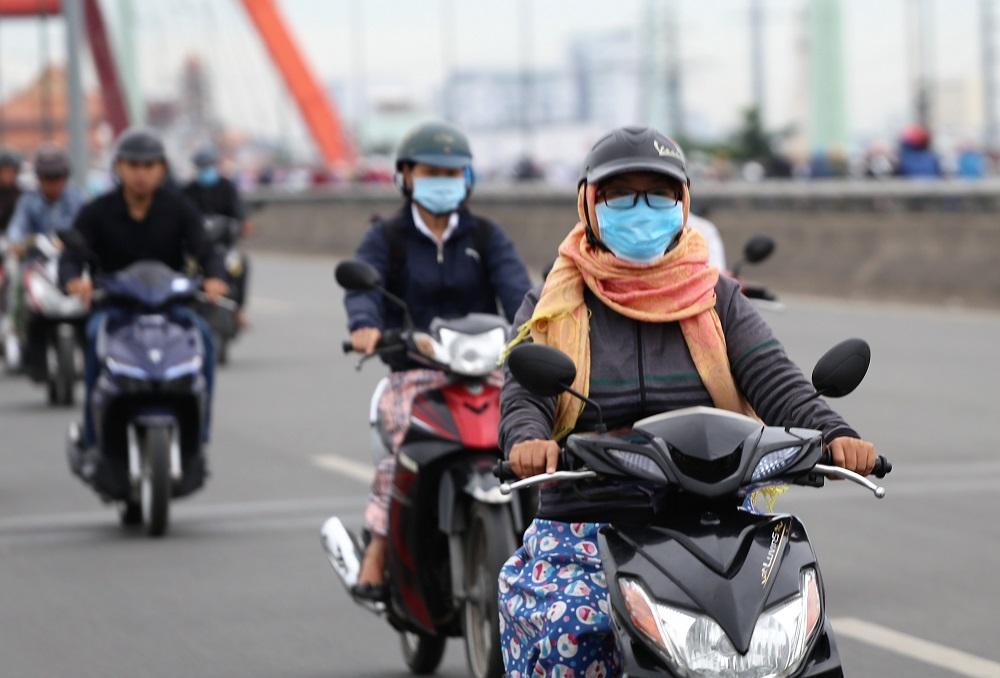 Sài Gòn bất chợt se lạnh như trời Đà Lạt, người dân co ro ra đường trong ngày đi làm đầu năm 2019 - Ảnh 4