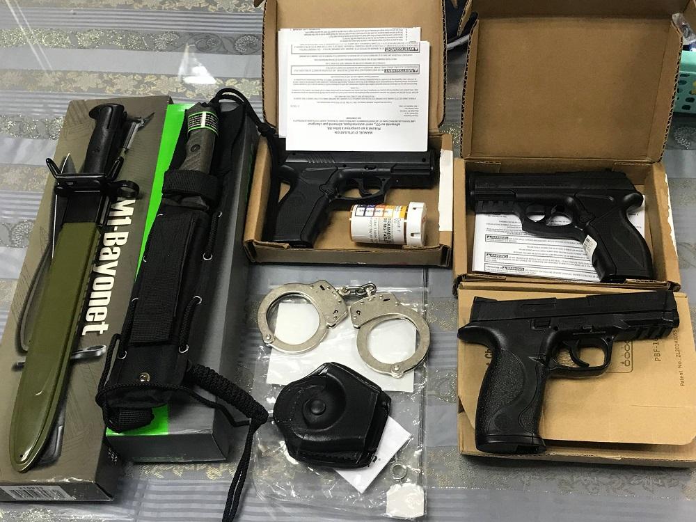 Hành khách giấu 3 khẩu súng, dao găm trong hành lý từ Mỹ về Việt Nam - Ảnh 1
