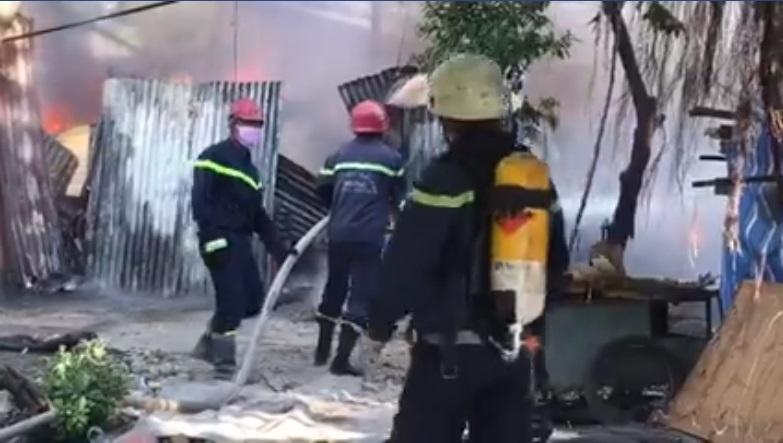Biển lửa 'nuốt chửng' dãy nhà trọ ven Sài Gòn, nhiều người tháo chạy - Ảnh 1