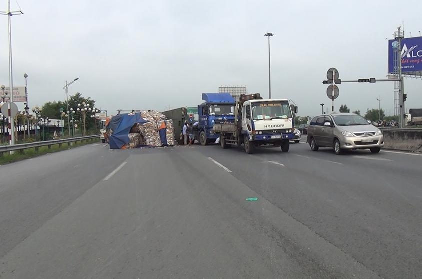 Xe đầu kéo lật ngang, hàng tấn phế liệu tràn ra đường - Ảnh 2