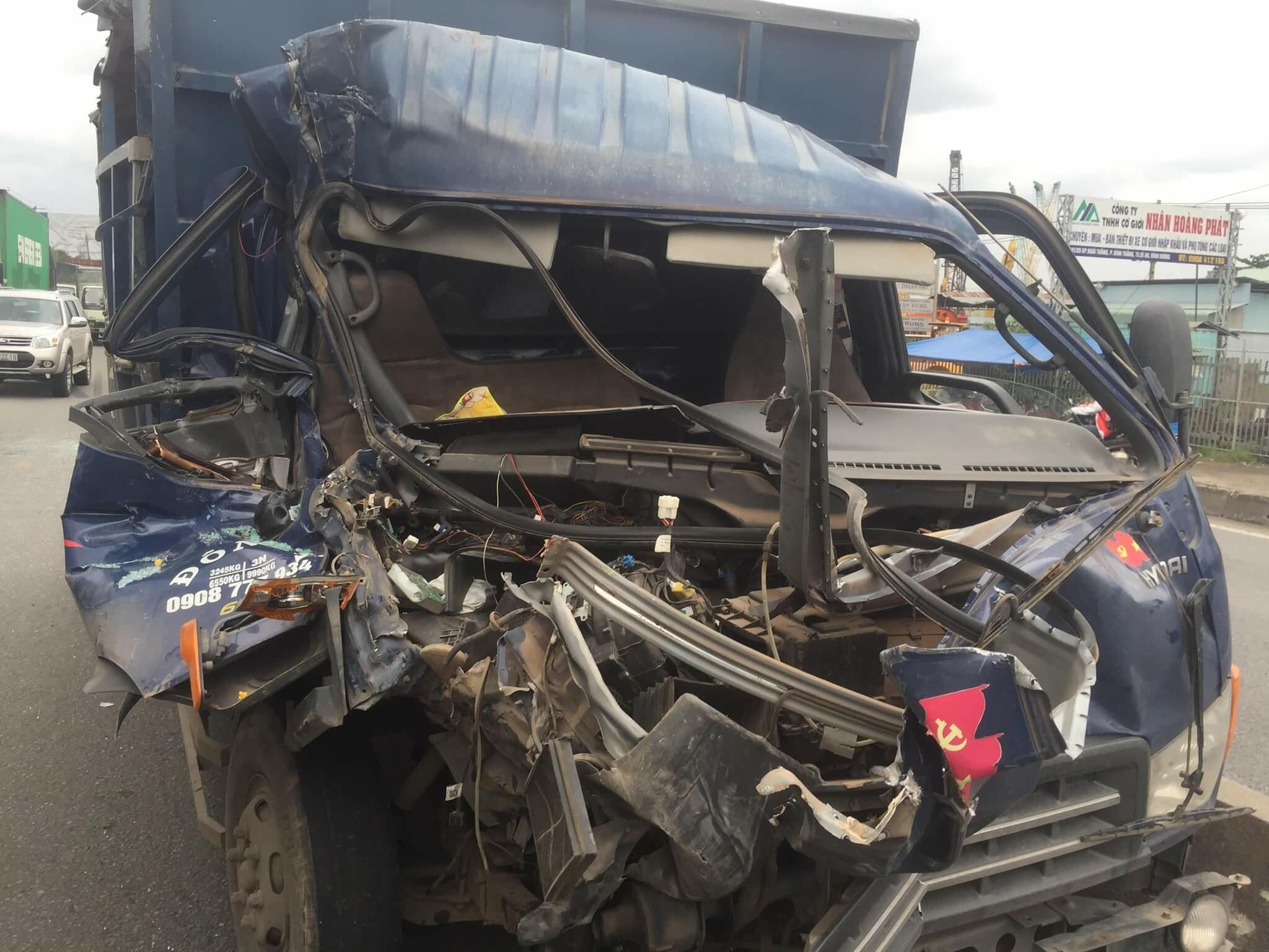 Va chạm mạnh với xe tải, xe đầu kéo bỏ chạy - Ảnh 2