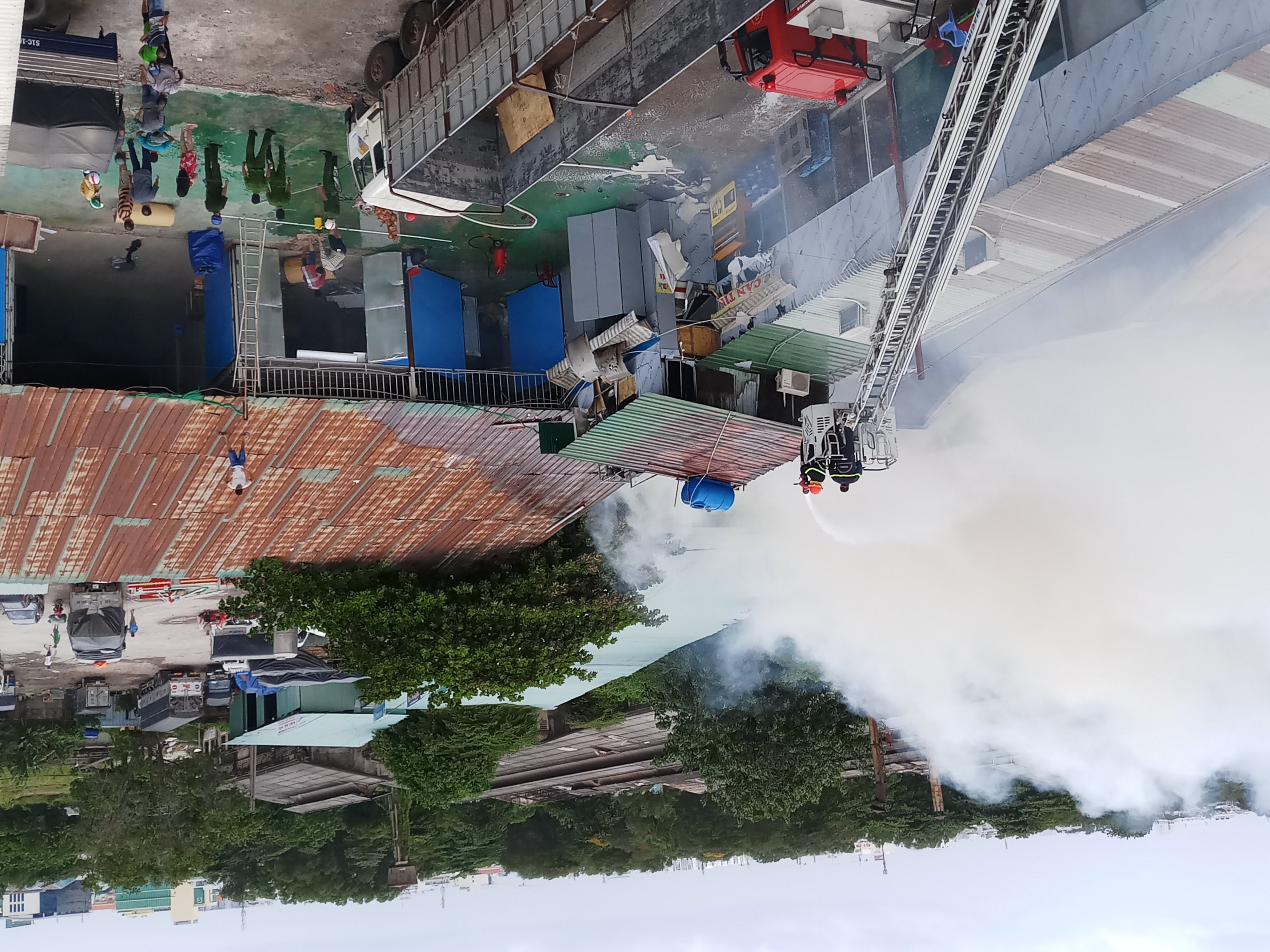 Cháy lớn thiêu rụi cửa hàng nội thất tại quận Tân Phú - Ảnh 8
