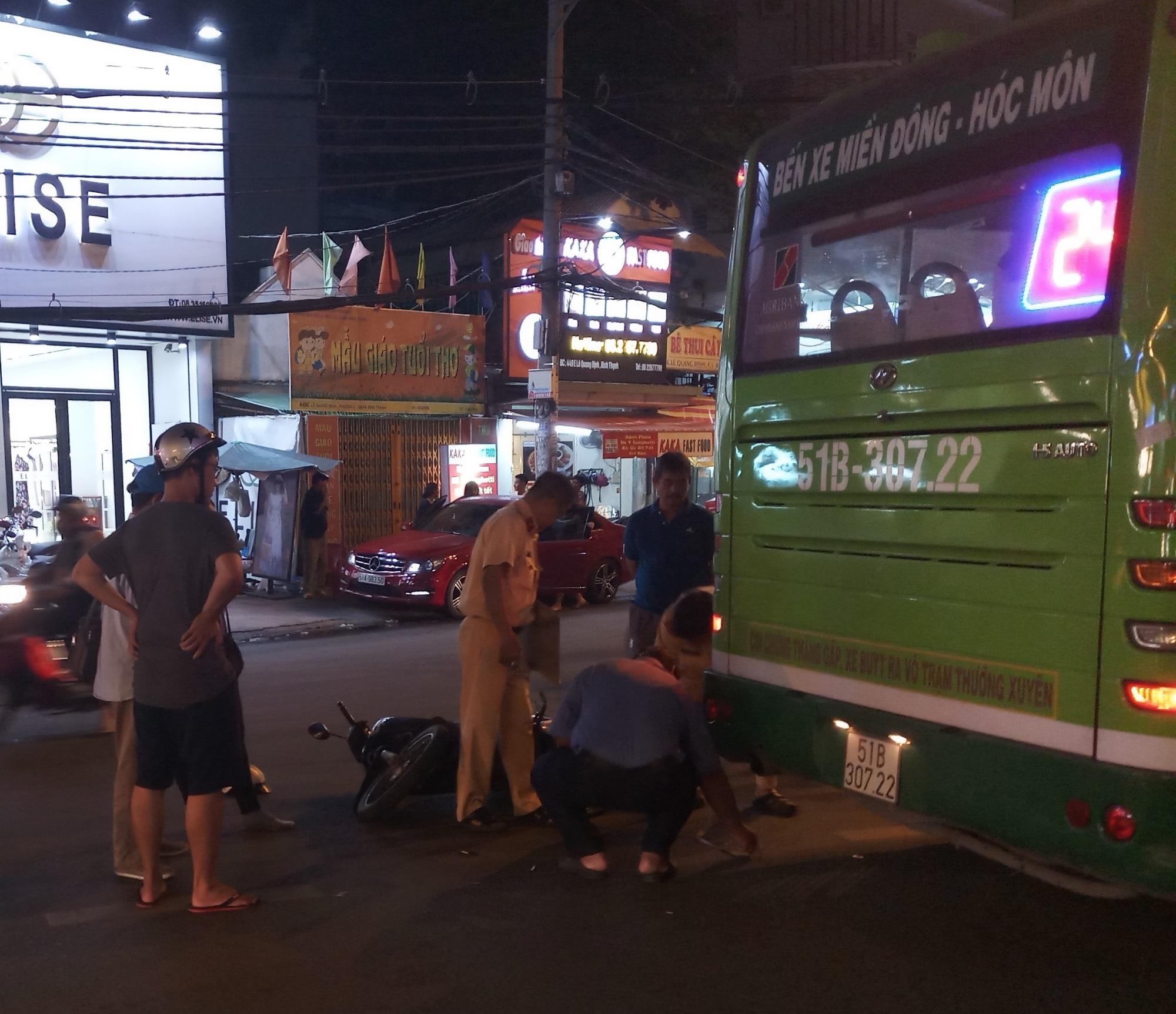 Nam thanh niên đi xe máy đâm vào đuôi xe buýt bất tỉnh - Ảnh 3