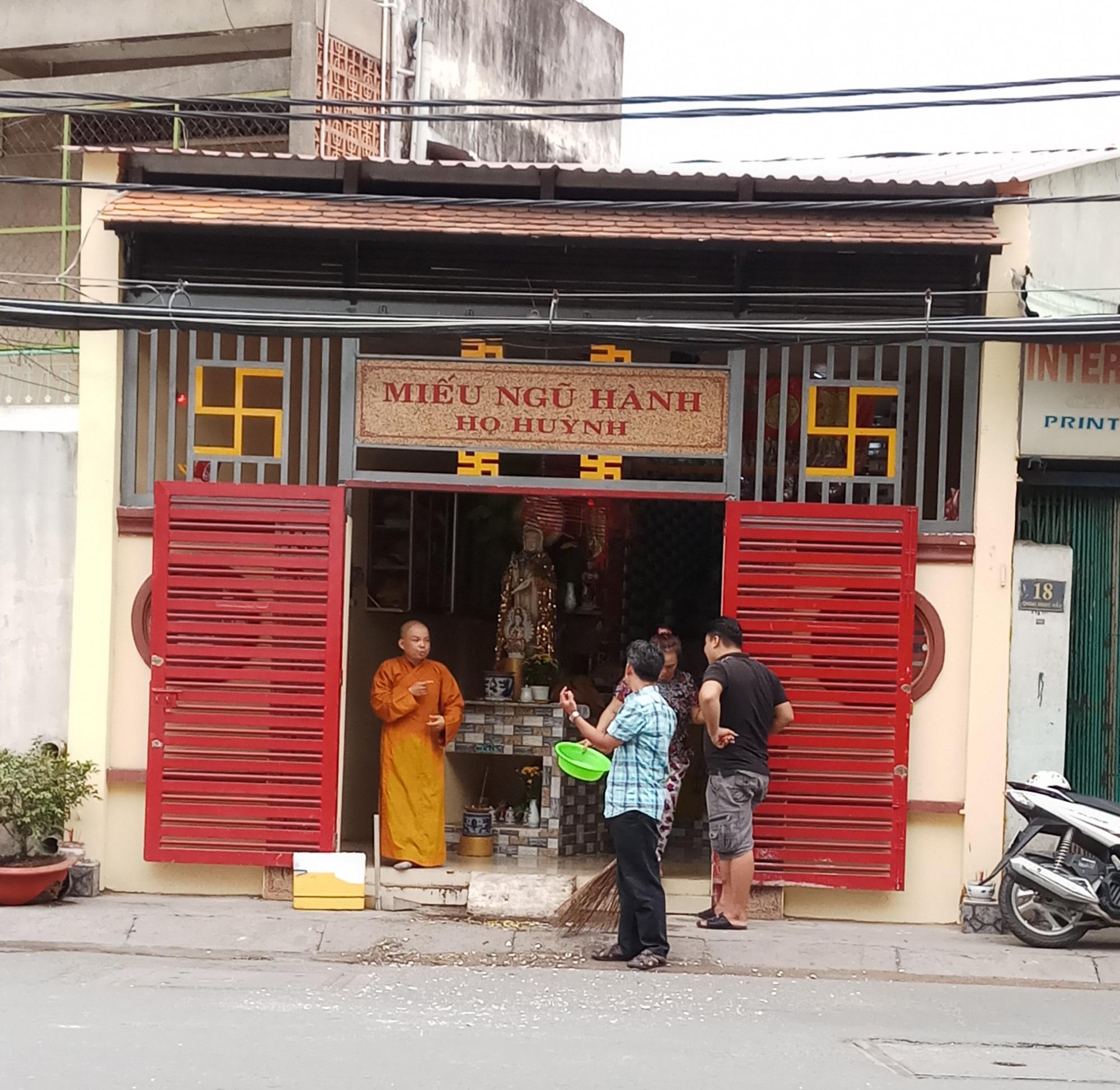Thanh niên nghi ngáo đá xông vào đập phá miếu thờ tại quận Tân Phú - Ảnh 1
