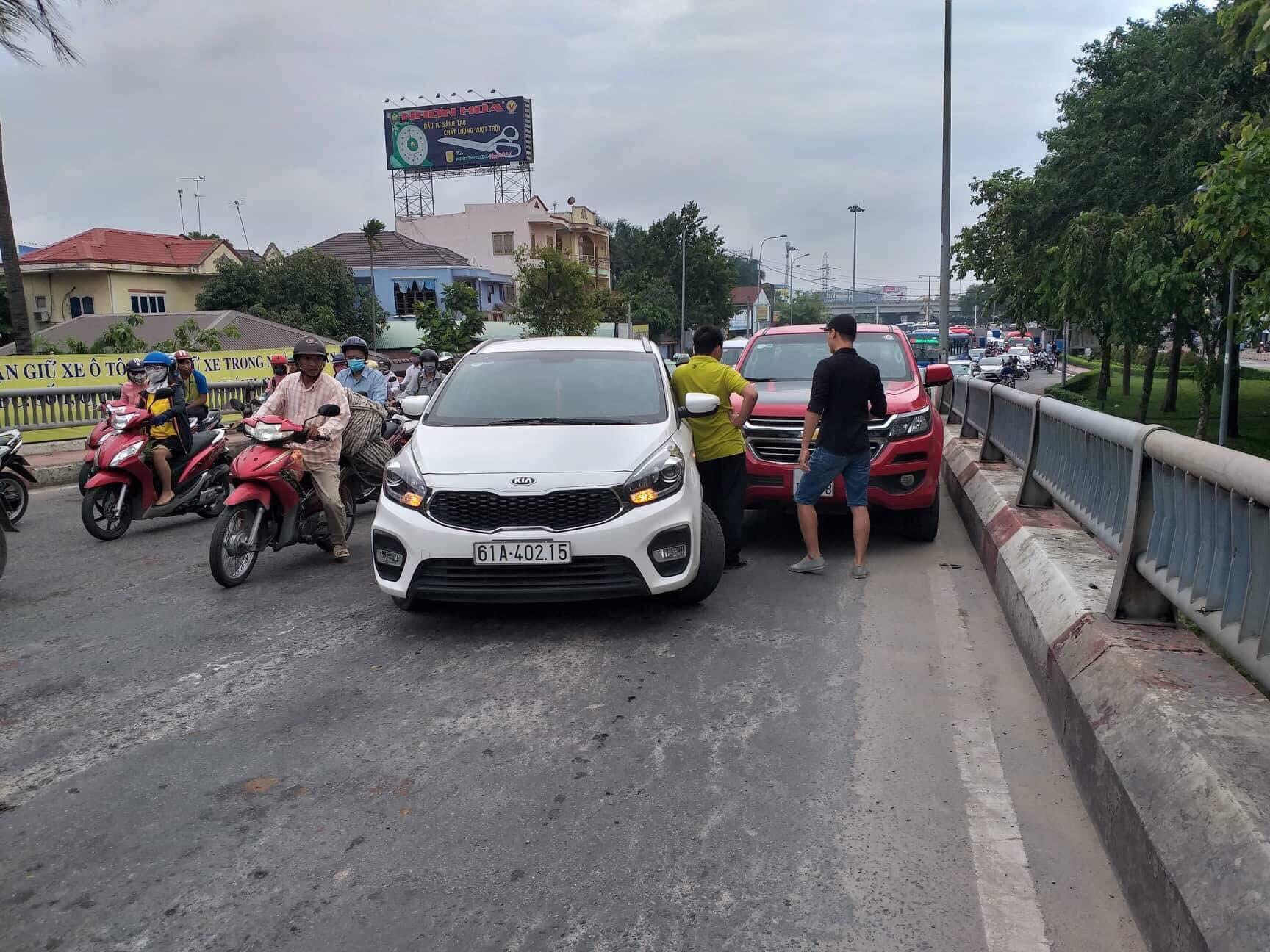 Va chạm liên tiếp trên cầu Bình Triệu, giao thông tê liệt hoàn toàn - Ảnh 1