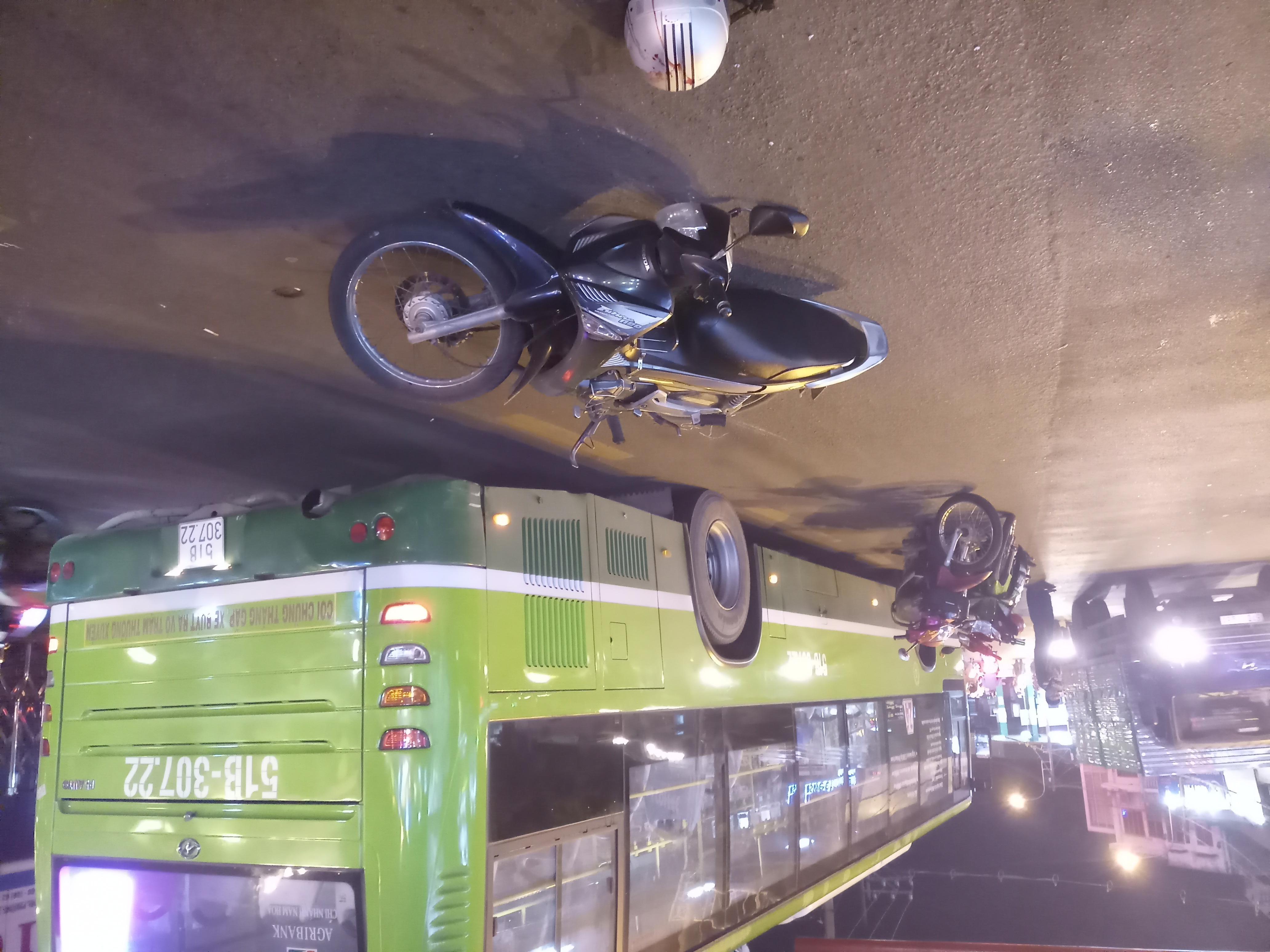 Nam thanh niên đi xe máy đâm vào đuôi xe buýt bất tỉnh - Ảnh 2