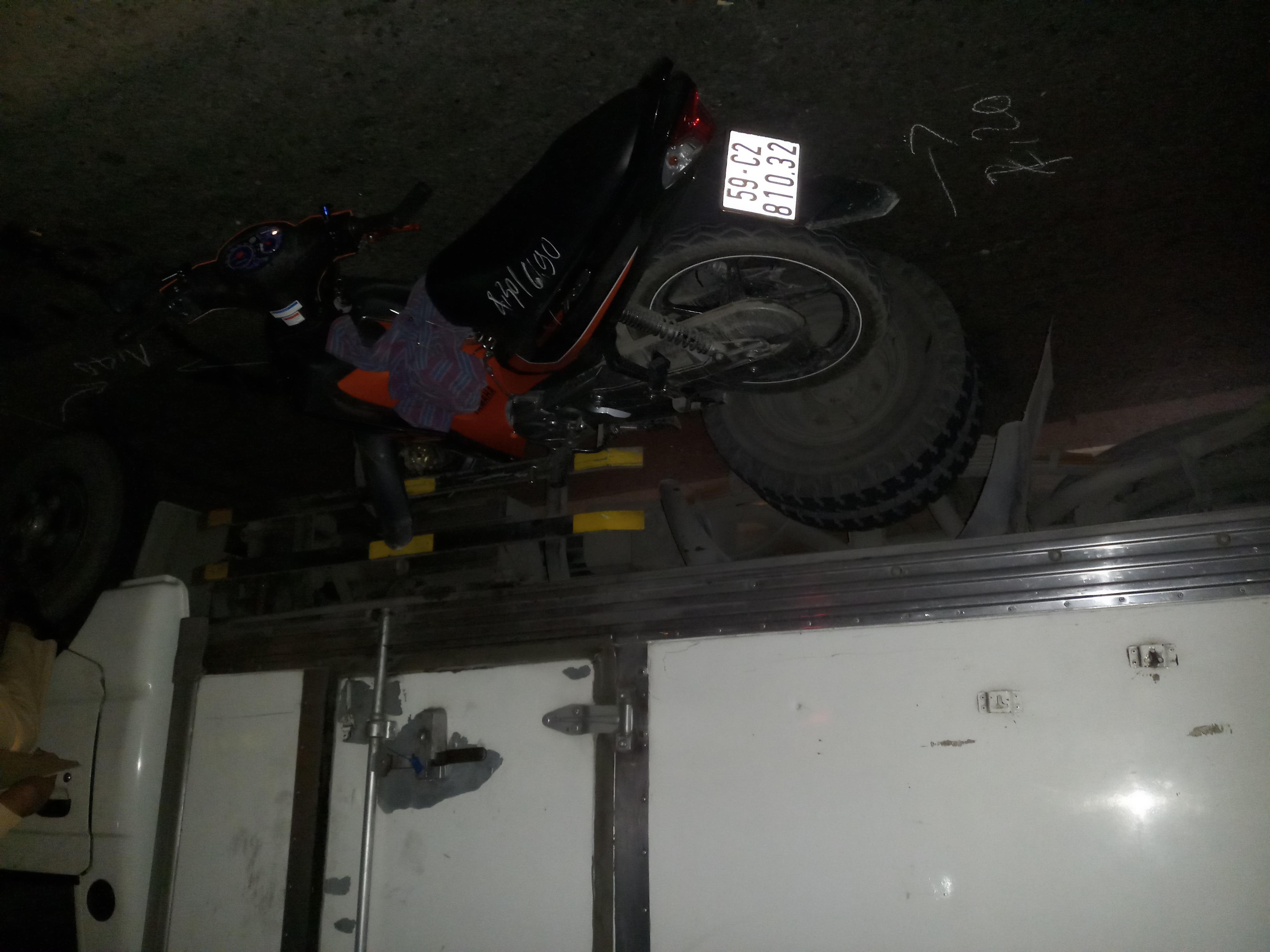Xe máy lấn làn đâm xe tải, một người gục tại chỗ - Ảnh 1