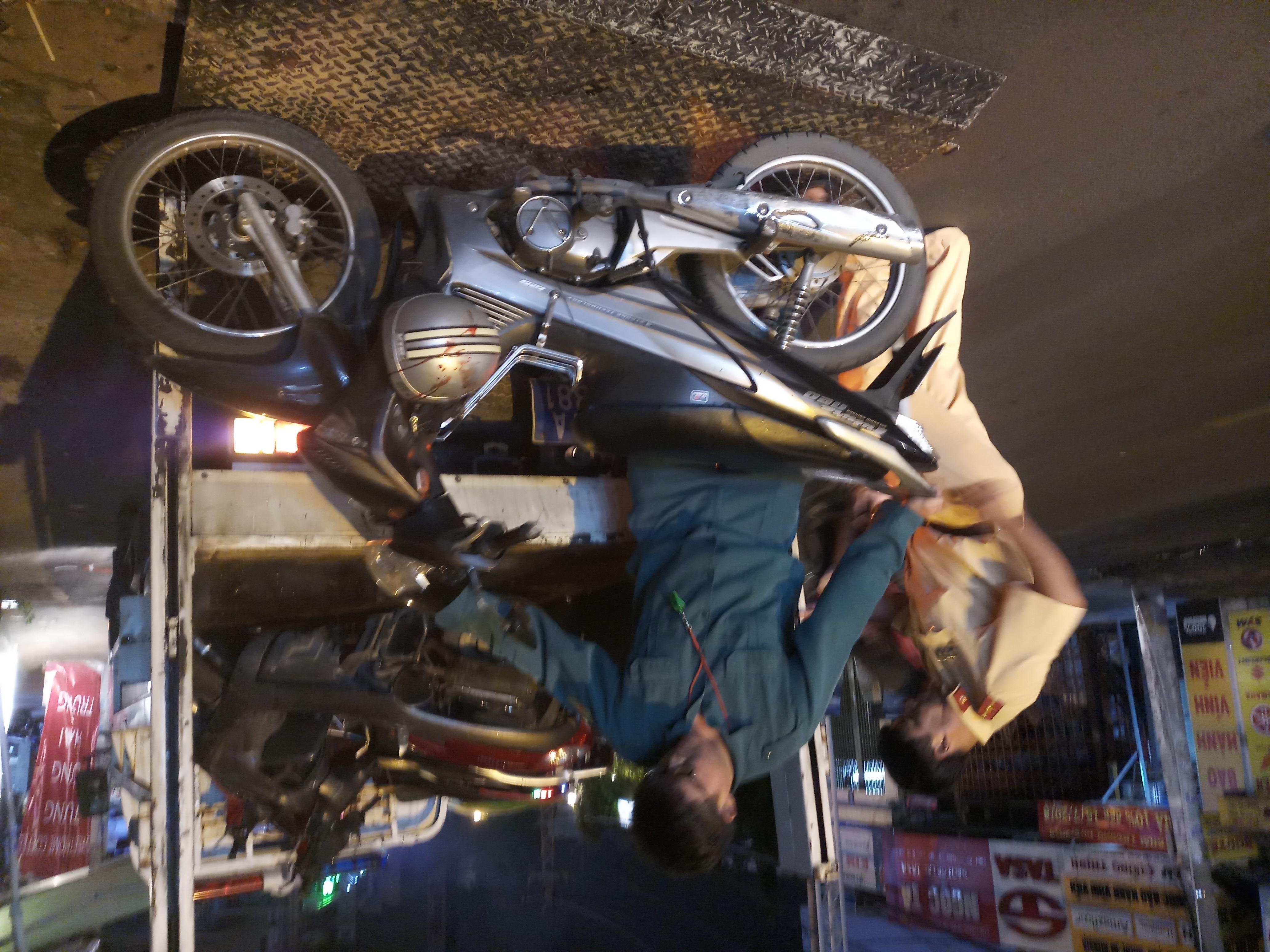 Nam thanh niên đi xe máy đâm vào đuôi xe buýt bất tỉnh - Ảnh 4