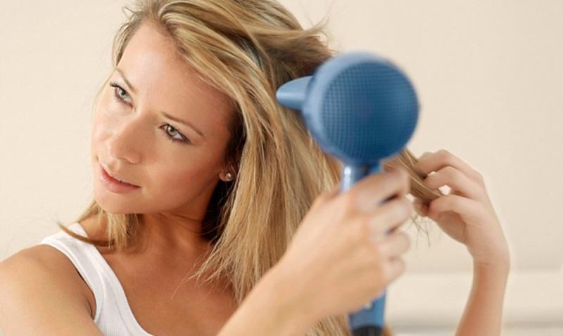 Bỏ ngay 7 thói quen này nếu không muốn mái tóc ngày càng mỏng và xơ rối - Ảnh 4